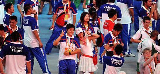 Спортсмены и волонтеры вместе фотографируются