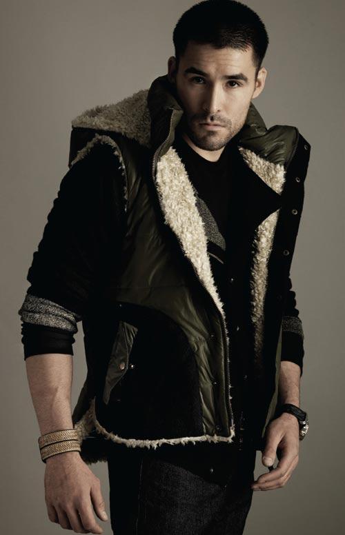 Модели мужчины в одежде от бренда