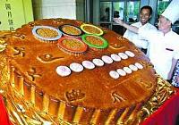 Огромный лунный пряник «Юебин» в честь пекинской Олимпиады диаметром 1,6 м. появился в провинции Гуандун