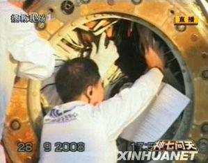 Открыт люк возвращаемого модуля космического корабля 'Шэньчжоу-7'