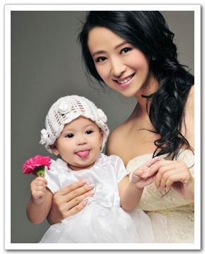 Вэн Хун со своей симпатичной дочкой