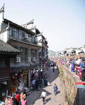 Повседневная жизнь в деревне национальности мяо в древнем городе Фэнхуан