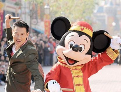 Чжан Сюею вместе с Микки Маусом поздравили жителей и гостей Китая с праздником Весны