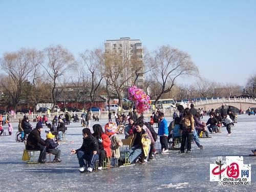В этом году ледяные велосипеды принесли свежую радость и для детей, и для молодых людей в Пекине.