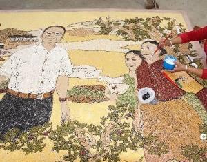 Жители деревни, где прошло землетрясение в мае 2008 г, делают портрет премьера Вэнь Цзябао из зерен