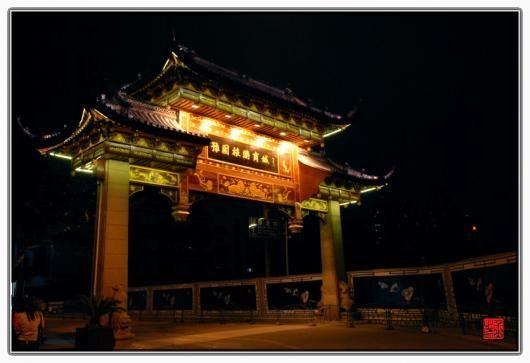 Ночной вид храма Чэнхуанмяо в Шанхае