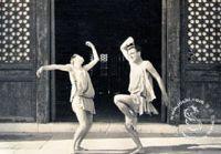 Старые фотографии: иностранные мужчины, танцующие в пекинском Храме Неба