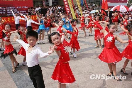 В уезде Ганьюй провинции Цзянсу встречают Национальный день фитнеса массовыми занятиями физкультурой