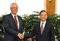 Вэнь Цзяньбао встретился с премьер-министром Сингапура У Цзодуном, участвующим в «Летнем Давосе-2009»