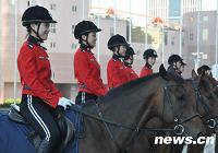 Женщины из конного отряда полиции города Далянь обеспечивают безопасность «Летнего Давоса-2009»