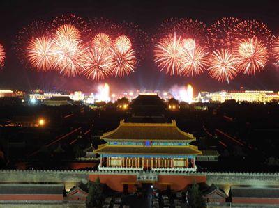 На площади Тяньаньмэнь начался фестиваль, посвященный 60-летию КНР. Веб-сайт ?Чжунгован? (russian.org.cn) освещает весь ход мероприятий