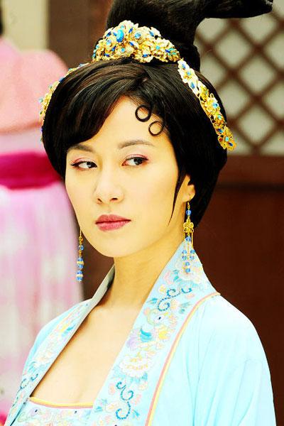 Красивые женщины в нарядах династии