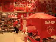 В ОАР Аомэнь находится крупнейший в Азии магазин официальных товаров футбольного клуба «Манчестер Юнайтед»