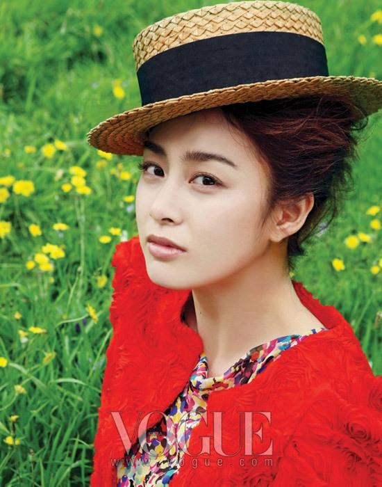 Красивая корейская актриса Ким Тхэ Хи в образе пастушки
