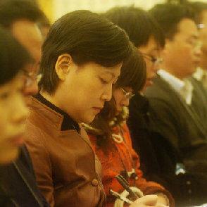 Красивые журналисты, участвующие в освещении третьей сессии ВСНП и ВК НПКСК 11-го созыва