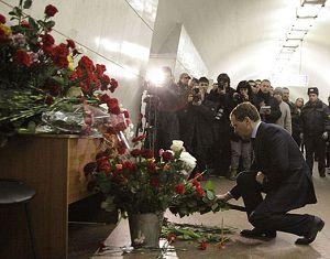 Президент РФ возложил цветы к месту трагедии на станции метро 'Лубянка'