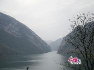 Река Уцзян берет начало на плато Гуйчжоу, тянется с юго-запада на северо-восток между горами Далоу и хребтом Улин, общая протяженность реки составляет 1050 километров.