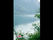 Она протекает по территории 46 городов и уездов провинции Гуйчжоу, города Чунцин и впадает в реку Янцзы в городе Фулин.