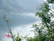 Река Уцзян имеет быстрое течение, протекая на фоне гор, она образует чарующий пейзаж. Данную реку называют естественным барьером и тысячеметровой галереей.