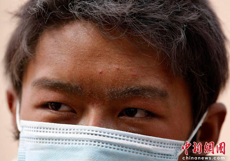 Фотоальбом: выражения лиц людей в пострадавшем от землетрясения уезде Юйшу провинции Цинхай