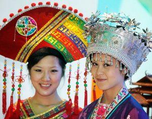 Красивые девушки службы сопровождения, работающие в региональных павильонах Китая
