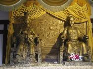 У Цзетянь (624-705 гг) - единственная женщина-император в истории Китая. Храм Хуанцзесы представляет собой храм поклонения У Цзетянь и находится на берегу реки Цзялин города Гуанъюань провинции Сычуань.