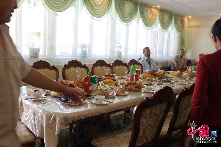 Перед нами накрыли роскошный стол