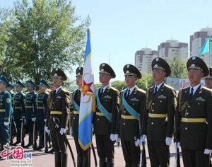 Фотографии с торжественной церемонии поднятия государственного флага, посвященной празднованию Дня столицы Казахстана