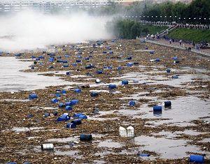 По уточненным данным, примерно 7000 бочек с химикатами смыты наводнениями в реку Сунхуацзян в Северо-Восточном Китае
