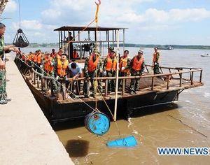 Из реки Сунхуацзян /Сунгари/ выловлено 5365 бочек для хранения химикатов