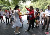 Участники детского летнего лагеря танцуют в парке «Ихэюань»