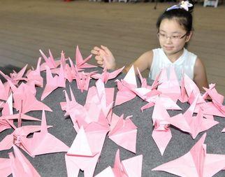 Тысячи посетителей в Парке павильонов ЭКСПО с бумажными журавлями выражают соболезнования пострадавшему уезду Чжоуцюй