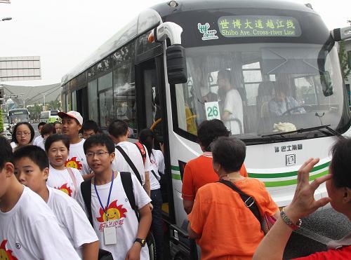 На фото: 18 августа, посетители используют автобусы в Парке павильонов ЭКСПО-2010 в Шанхае.