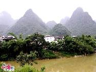Рельеф в Чунмине сложный и разнообразный. Главным рельефом является карст. Особенно в пограничных районах между Китаем и Вьетнамом расположены очаровательные горы и реки.