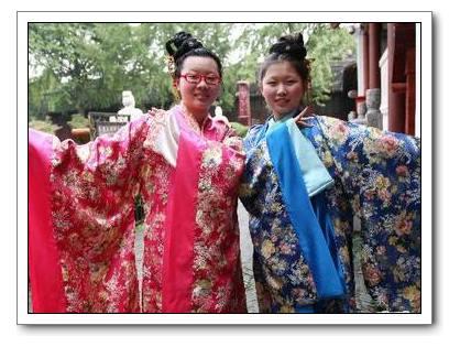 Демонстрация костюмов «Ханьфу» перед храмом Фуцзымяо