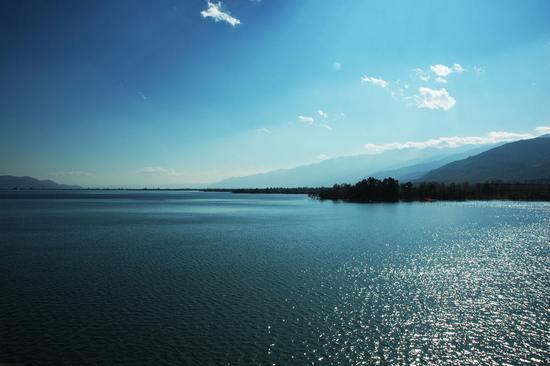 Очаровательное озеро Эрхай в провинции Юньнань