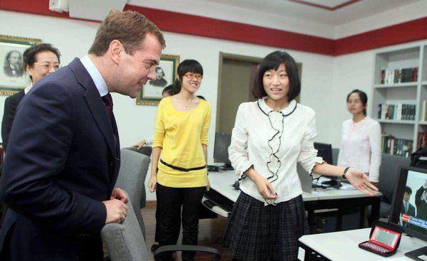 Медведев советует русским учить китайский язык, а китайцам - русский