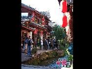 Город Лицзян расположен на стыке Юньнань-Гуйчжоуского нагорья и Цинхай-Тибетского нагорья. Во время правления династии Южная Сун город Лицзян уже был образован. Он обладает около 900-летней историей.