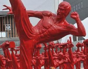 Серия красных скульптур Брюса Ли показана в Парке ЭКСПО в Шанхае
