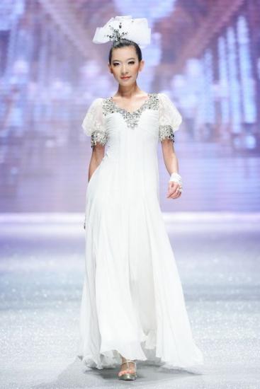 Коллекция модных свадебных платьев с элементами цветов на 2010 год