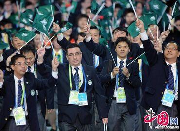 Делегация Аомыни входит в зал церемонии открытия