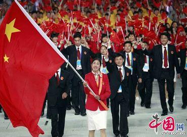 Делегация Китая входит в зал церемонии открытия