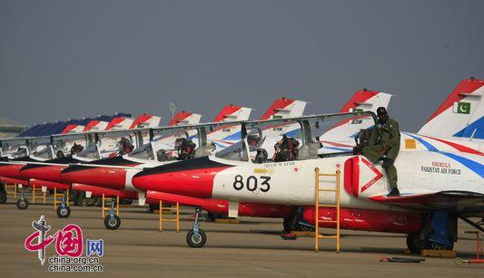Учебные истрибители «К-8» демонстрируются на Международном авиасалоне в Чжухае