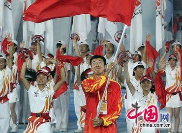 Вход спортсменов разных стран в зал церемонии закрытия Азиатских игр в Гуанчжоу