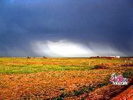 Рельеф уезда Дэнкоу очень сложный. На северо-западе уезда высятся громадные горы Ланшань, на территории уезда расположены пустыни, равнины и гористые местности. Самая большая высота над уровнем моря составляет 2064 м.