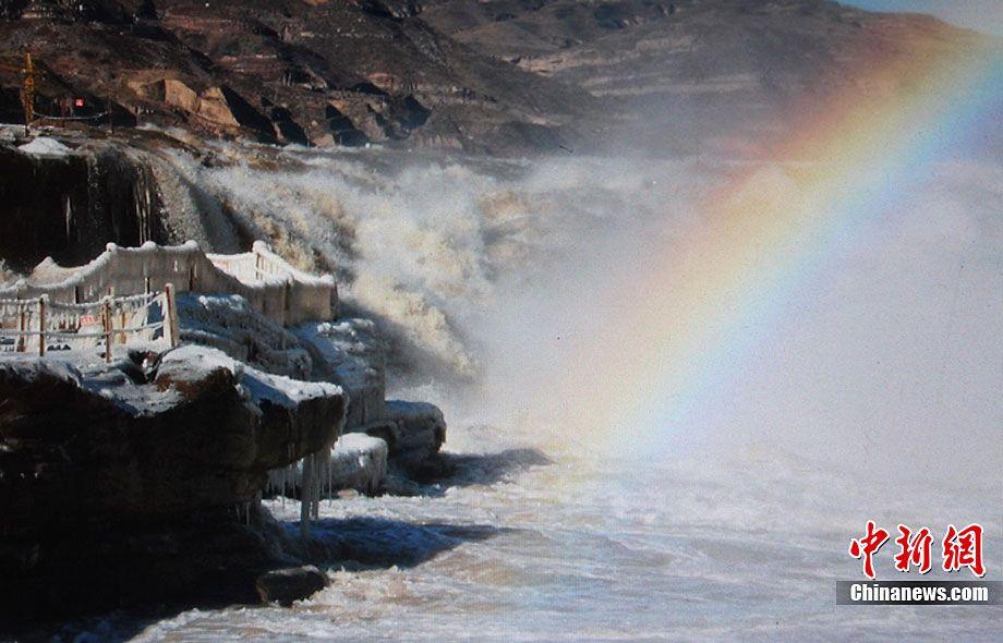 Красивые ледяные сосульки на водопаде Хукоу провинции Шаньси
