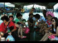 Залив Хуанхоу провинции Хайнань расположен между заливами Хайтан и Ялун. Там прозрачная вода, и на дне моря лежат разноцветные кораллы, поэтому залив Хуанхоу является идеальным местом для плавания и дайвинга.