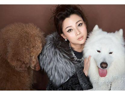Изящная красавица Инь Тао с собакой