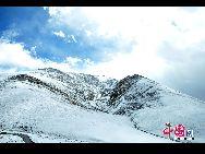 На фото: горы возле озера Намцо.