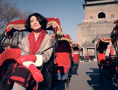 Элегантная актриса Цинь Хайлу на прогулке в Пекине